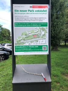 """Bild vom Beteiligungsbriefkasten mit Plakat """"Ein neuer Park entsteht!"""""""