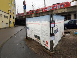 Bild vom Platz Am Salzmagagezin mit Plakaten an Bauzaun