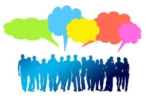 Menschengruppe anonym - mit bunten Sprechblasen über der Gruppe