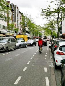 Bild von der Neusser Straße mit Fahrzeugen