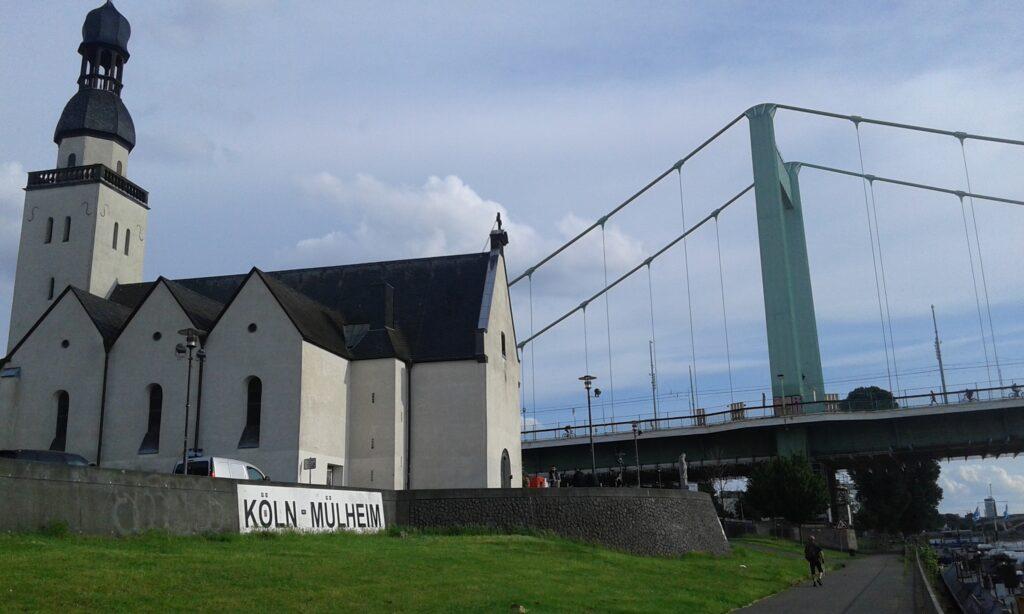 Schriftzug an der Mülheimer Brücke
